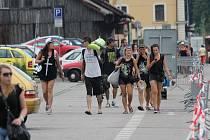Příjezd návštěvníků festivalu Let It Roll do Benešova.