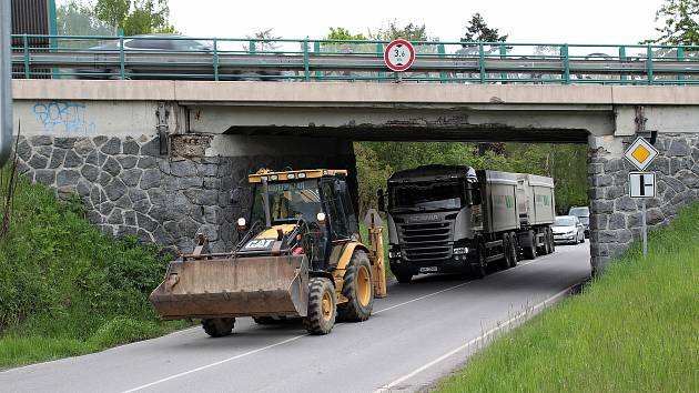 Mosty na silnici I/3 projdou do opravou která má skončit na začátku září. Poškozuje je těžká doprava na nich i pod nimi.
