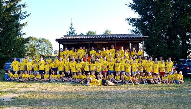 Společná fotka všech 99účastníků šachového tábora vRůžené.