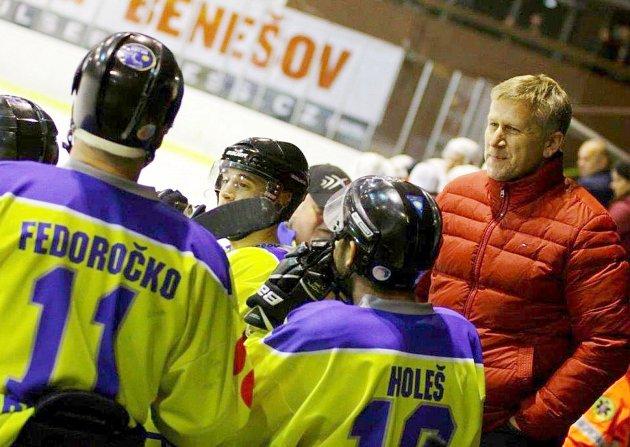 Ivan Bartůšek (v červeném) jako jeden z majitelů klubu HC LEV Benešov, přešel před vánoci v zápase s Mělníkem z hlediště na lavičku, a protože se týmu zadařilo, už tam zůstal do konce sezony.