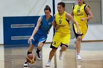 Basketbalistky benešovského béčka v pohodě porazily Slaný. Domácí Kateřina Votrubová (ve žlutém) bránila D. Farskou.