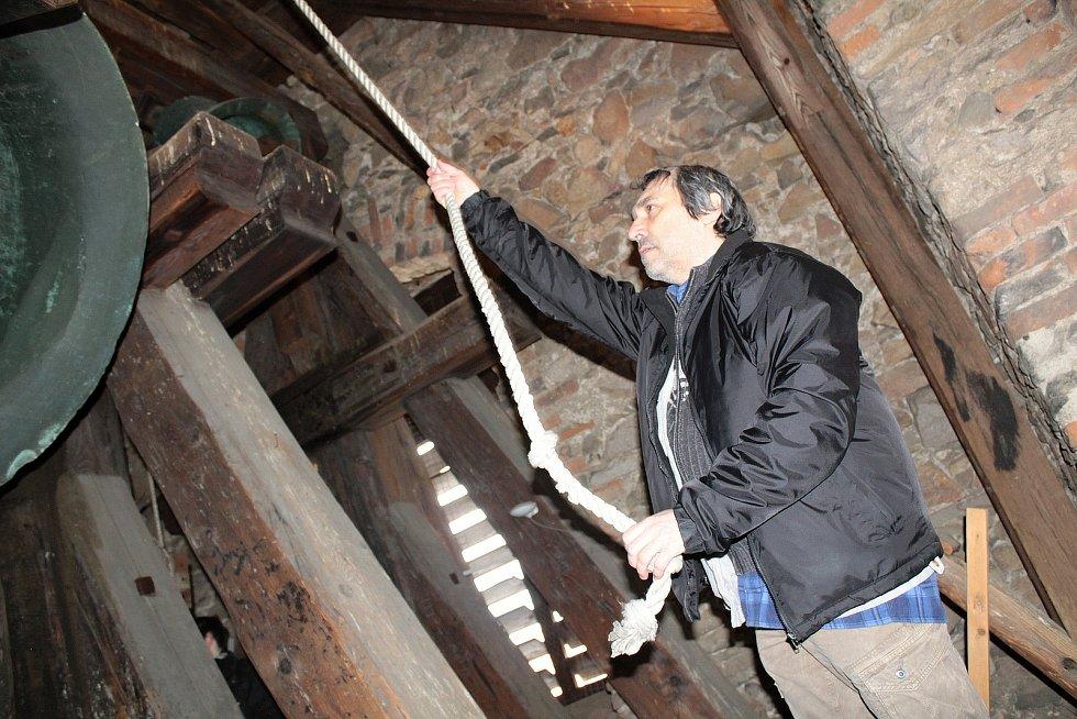 Zvonění k uctění obětí koronaviru se v pondělí 22. března 2021 konalo v horní karlovské zvonici v Benešově.
