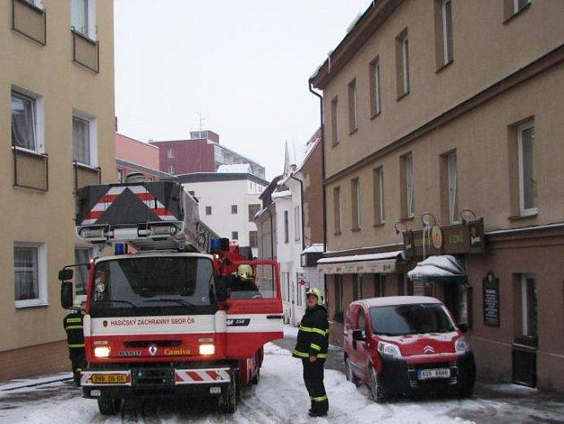Kvůli nebezpečí úrazu chodců, jež jim hrozí od padajících rampouchů, vyrazili do ulic města hasiči HZS Benešov