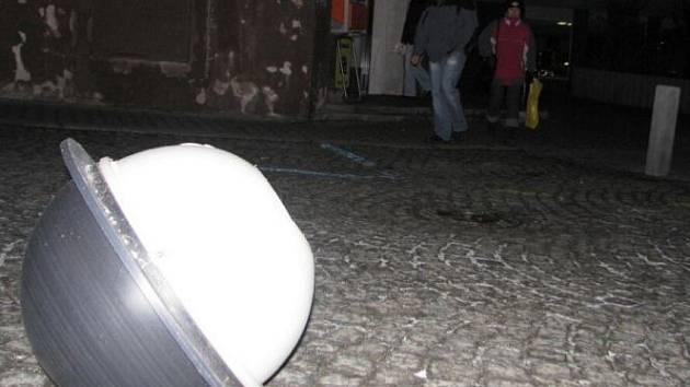 Dva tisíce pět set korun zaplatí technické služby za koupi nového stínítka na lampu veřejného osvětlení