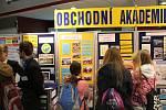 Středoškoláci lákali studenty na své školy během přehlídky středních škol.