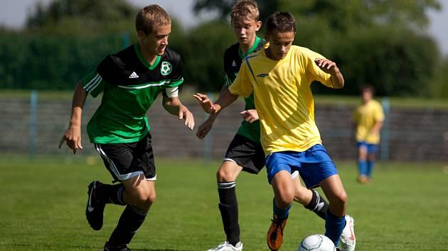 Kamil Kulhavý (ve žlutém) z Benešova otevřel skóre v zápase s Příbramí.