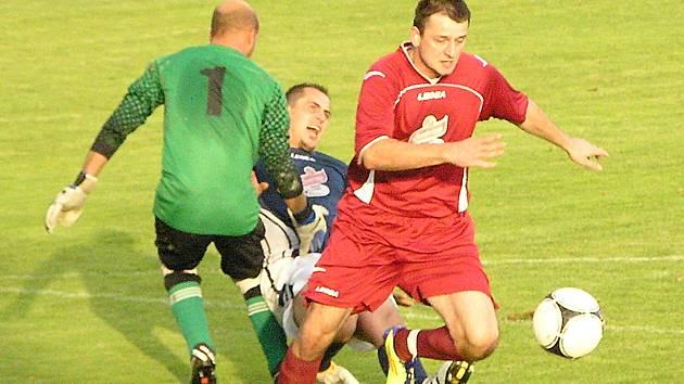 Ostředecký Eda Špalek v tuto chvílí střílí gól, ale zápas s Křečovicemi skončil nerozhodně 3:3.