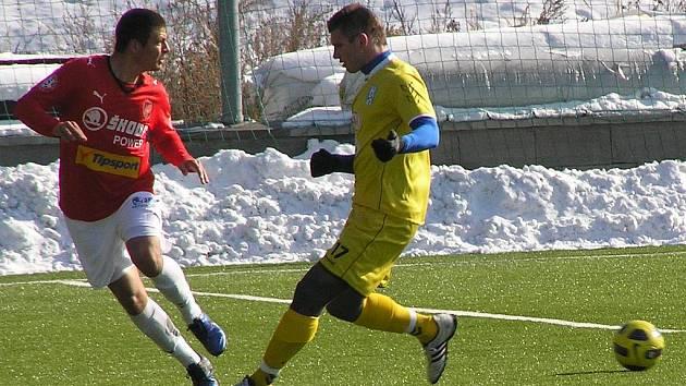 Vlašimský Miloslav Strnad (ve žlutém) vstřelil plzeňskému béčku dvě branky, o hattrick ho obrali rozhodčí.