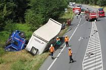 Hromadná nehoda tří aut, kamionu a dodávky u Čtyřkol.