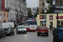 Malý obratný autobus se protáhne i ulicemi plnými jiných vozidel. Snímek ho zachytil v Tyršově ulici v Benešově.