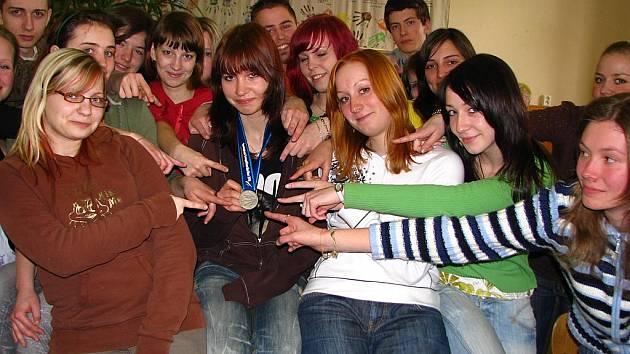 Šárka Jonáková po návratu z ME v Norsku se spolužáky v Gymnáziu Benešov.