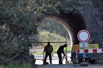V Podmračí budou provoz do 12. dubna řídit semafory a pak začne úplná uzavírka silnice mezi dráhou a návsí, která potrvá do konce května.