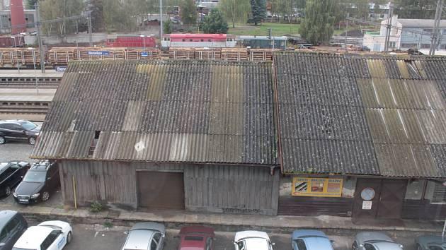 Drážní sklady v Nádražní ulici zmizí, jejich demolice začne 14. října.