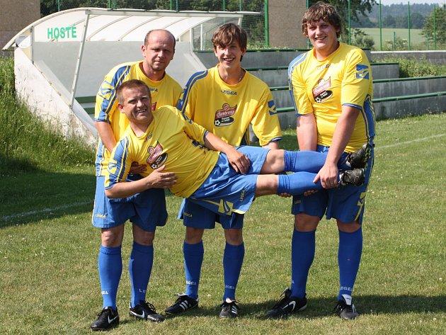 Tomáš Helma (ležící) z béčka Olbramovic se stal hráčem jara v projektu Gambrinus Kopeme za fotbal.