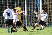 Divišovský Jan Vondrák (ve žlutém) se stal smutným hrdinou derby. V této šanci ho stejně jako při penaltě vychytal miřetický brankář Michal Hanuš.