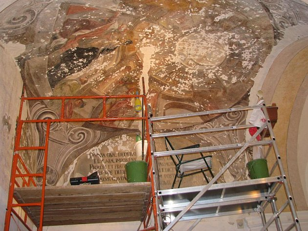 Opravování fresek v Sázavském klášteře.