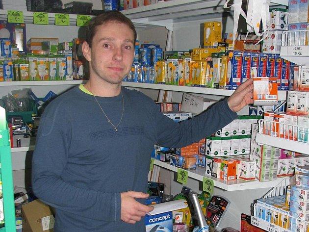 Vedoucí obchodu Martin Virag se předzásobil, aby uspokojil poptávku zákazníků.