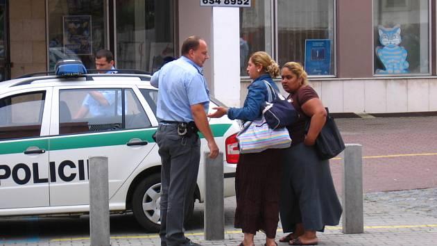Policisté si ověřují totožnost cizinek