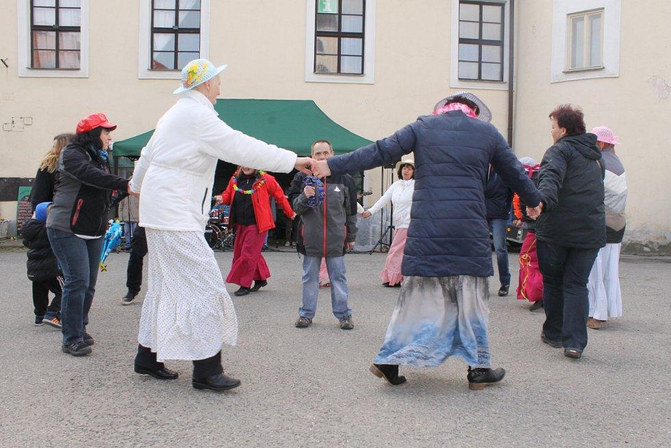 Velikonoční jarmark připravil tradičně spolek Babinec z Louňovic pod Blaníkem, který tuto akci pořádá již devátým rokem. Příchozí si zatančili, nakoupili drobnosti pro radost i nasytili nejrůznějšími pochutinami.