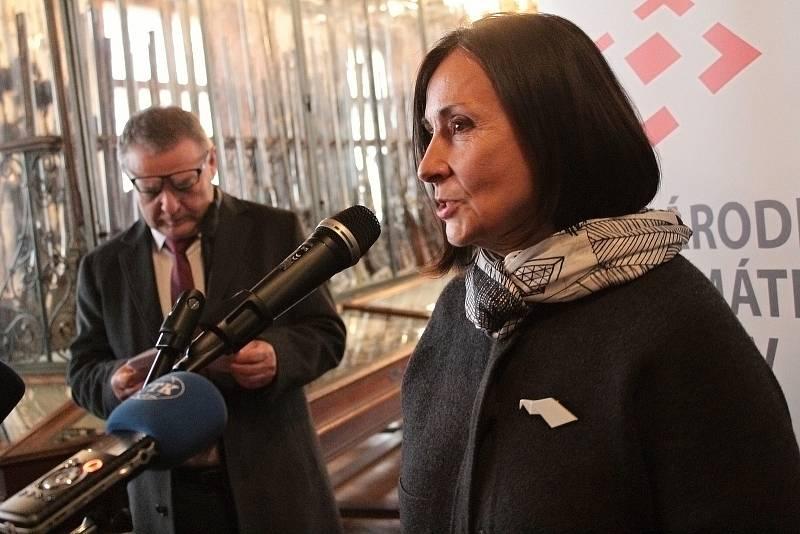 Ze slavnostního představení renesančního štítu vráceného z USA ve zbrojnici na zámku Konopiště. Na snímku ředitelka Národního památkového ústavu Naděžda Goryczková.