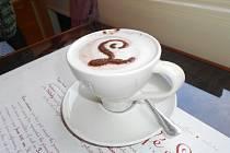 Káva může dobře chutnat i vypadat. A navíc může sloužit i k zabavení dětí.