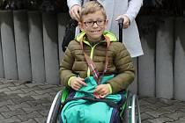 Víčka od pet lahví je možné stále donést do redakce Benešovského deníku a tím pomoci postiženému chlapci Mirku Piskačovi.