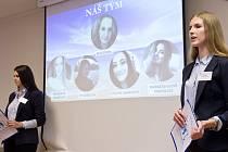 Žákyně vlašimské obchodní akademie Natálie Fulínová (vlevo) a Magdaléna Říhová při úspěšné prezentaci.