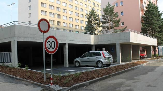 V Benešovské Bezručově ulici už stojí dvě dvoupodlažní parkoviště. Třetí je naplánované, ale zatím se stavět nebude.