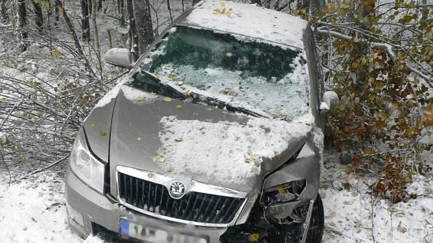 Příchod zimního období některé řidiče zaskočil.