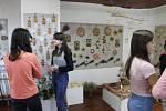 Z prodejní výstavy výrobků z ateliérů Integrovaného centra sociálních služeb Tloskov v Domě dětí a mládeže v Benešově.
