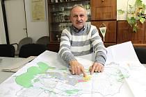 Bukovany v lednu 2021. Starosta Miroslav Šiška nad územním plánem obce.