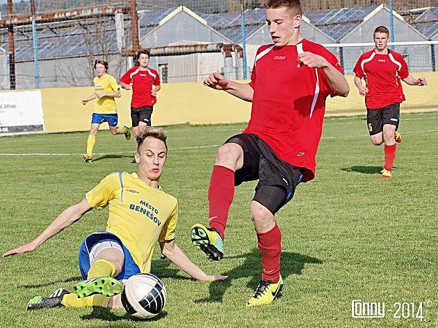 Stanislavu Netolickému (ve žlutém) z Benešova se zápas nepovedl a jen se rozčiloval.