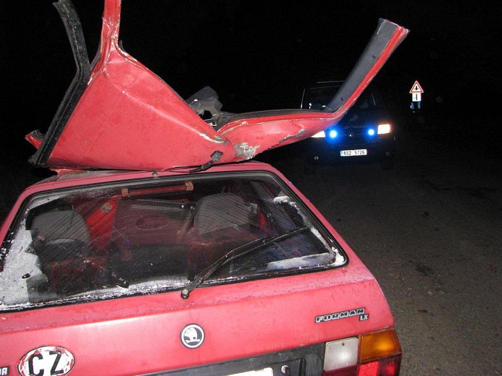 Škoda Forman je po nárazu a následném vyprošťování zaklíněného řidiče, kdy bylo nutné odstřihnout střechu, na odpis.
