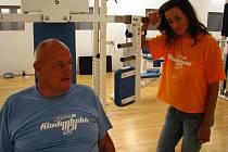 Kladrubské sportovní hry, které skončí v pátek 11. října, mají pořadové číslo 92. Na snímku hlavní organizátorka fyzioterapeutka Štěpánka Foxová a jeden ze sportovců, Jaroslav Matějka z Prahy.