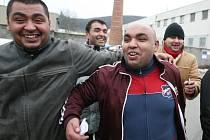 Radost mužů propuštěných díky amnestii prezidenta Klause.