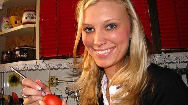 Zobení velikonočních vajíček v podání Ivety Kuklové, finalistky soutěže Hasičská Miss Středočeského kraje 2011.