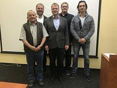 Staronové vedení města Týnce nad Sázavou. Zleva stojí František Kašpárek, Bedřich Pešan, Martin Kadrnožka, Petr Znamenáček a Pavel Korec.