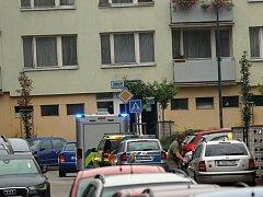 Policie prověřuje úmrtí obyvatele paneláku na rohu ulic Na Bezděkově a Vlašimské.