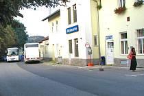Výluka tratě do Tábora potrvá do 11. září. Cestující z rychlíků přestupují v Olbramovicích.