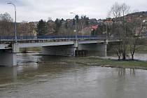 """Konstrukce mostu v Sázavě dostala """"zabrat"""" při velkých povodních i tradičních jarních záplavách."""