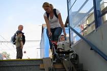 Cestující na nádražích ve Strančicích a v Senohrabech zatím stále dusají po schodech