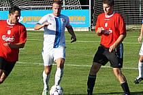Michal Budil (u míče) rozhodl zápas v Černolicích.