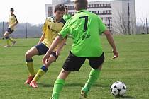 Kapitán benešovské šestnáctky Adam Dumský (ve žlutém) brání mosteckého Ondřeje Vrbku.
