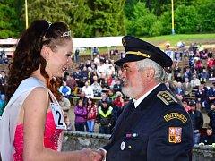 Starosta Sdružení hasičů Čech, Moravy a Slezska  Karel Richter v roce 2013 poblahopřál Veronice Benákové z Ratměřic k Miss sympatie publika a současně k titulu první vicemiss.