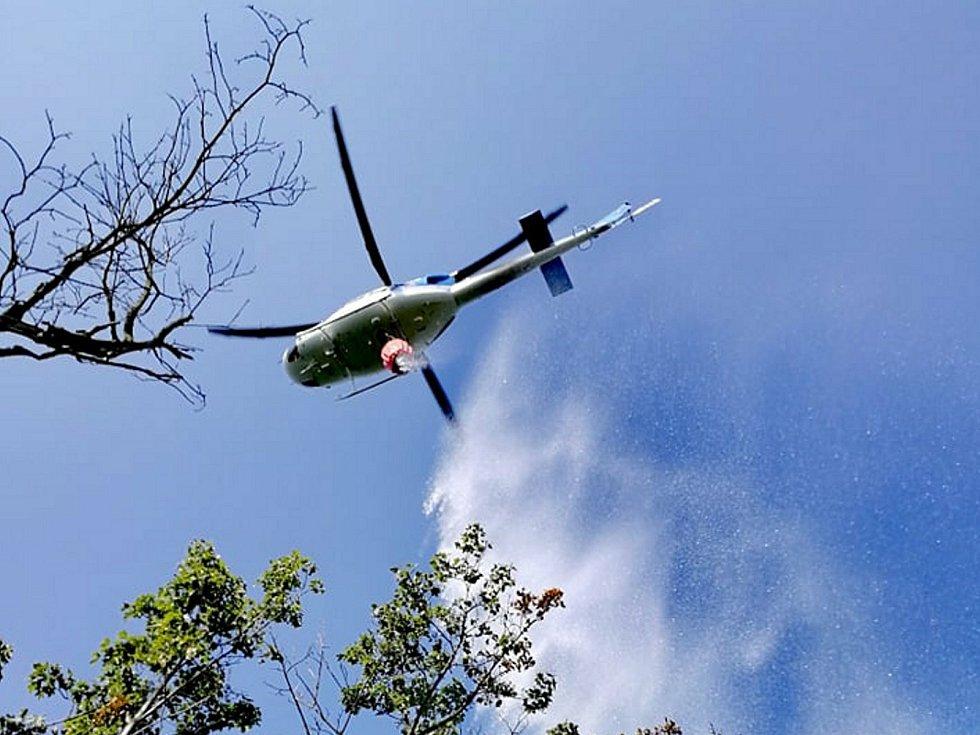 Vrtulník s takzvaným bambivakem při hašení lesního požáru.