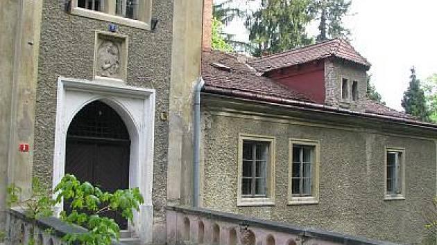 Bývalý úřednický dům či Zámková restaurace v Konopišti.