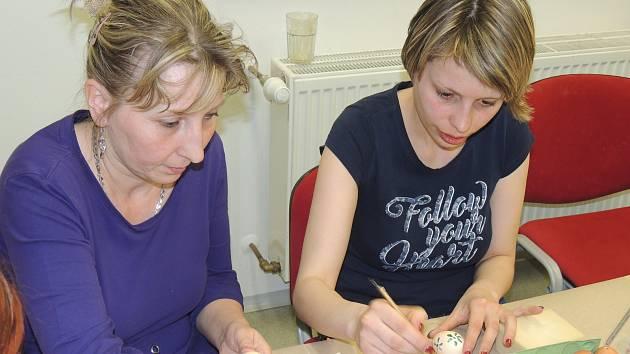 K předvelikonoční přípravě smilkovských žen na svátky patřil i společný kurz malování na vaječné skořápky.