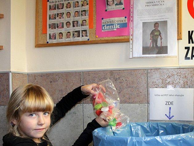 Prvačka Linda přinesla do sbírky PET víček ve školní družině ZŠ Jiráskova  hned v prvních dnech tři pytlíky uzávěrů.