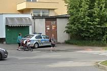 Odpolední parkování policistů v benešovské Máchově ulici v neděli 29. května 2016.