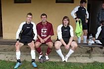 Po místním derby byli zase kamarády - zleva jankovský Němeček, votický Voráček a jankovští Babický a stojící Vosátka.